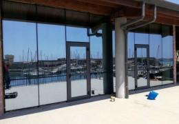 Facciata continua vetro riflettente al porto di Civitavecchia