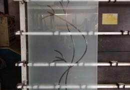 Pannello in vetro satinato con incisione