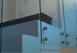 Porzione di balaustra in vetro temperato con fissaggi puntuali in acciaio