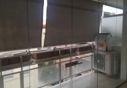 Vetrata chiusura balcone con parti fisse e due porte apribili